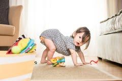 Baby, das auf Wolldecke spielt Stockfotos