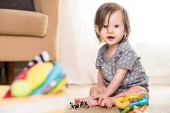 Baby, das auf Wolldecke spielt Stockfotografie