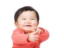Baby, das aufgeregt glaubt Lizenzfreies Stockfoto