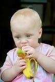 Baby, das Banane isst Stockfotos