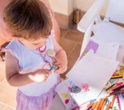 Baby, das Bleistift schärft Lizenzfreies Stockbild