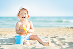 Baby, das in dem Meer spielt Stockfotografie