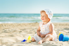 Baby, das in dem Meer spielt Stockbilder
