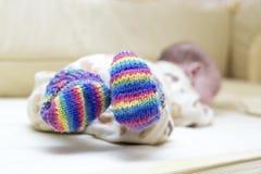 Baby, das in den bunten Socken liegt Lizenzfreie Stockfotos