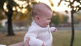 Baby, das in den Park mit Vater geht stock video