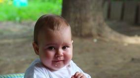 Baby, das in der Natur isst stock footage