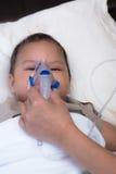 Baby, das Distanzscheibe für beatmendes syncytiales Virus verwendet Stockfotografie