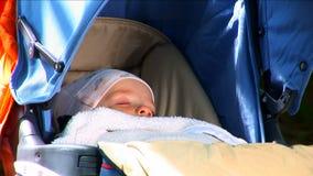 Baby, das draußen schläft stock video