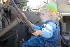 Baby, das ein Rüstungsfahrzeug antreibt Stockfotografie