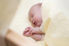 Baby, das in einem Bett schläft Lizenzfreies Stockbild