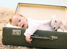 Baby, das in einem Koffer liegt Stockfoto