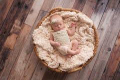 Baby, das in einem Weidenkorb schläft Stockfotografie