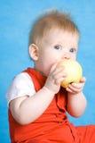 Baby, das einen Apfel isst Lizenzfreie Stockfotografie