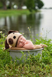 Baby, das einen Hündchen-Hut trägt Stockfotografie