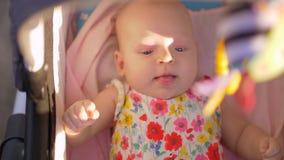 Baby, das einen Weg im Pram am sonnigen Sommertag hat stock video footage