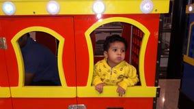 Baby, das Eltern sucht Stockfotografie