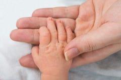 Baby, das Elternteilfinger hält Lizenzfreies Stockfoto