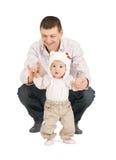 Baby, das erste Schritte mit Vaterhilfe macht Lizenzfreies Stockfoto