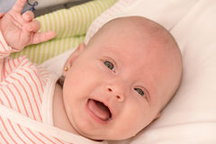 Baby, das Felsenzeichen zeigt Lizenzfreie Stockfotos