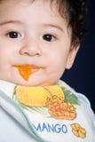 Baby, das feste Nahrung isst Lizenzfreie Stockfotografie