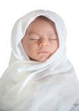 Baby, das friedlich auf weißem Hintergrund schläft Stockfoto