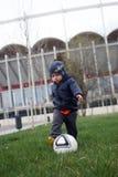 Baby, das Fußball spielt Stockfoto
