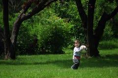 Baby, das Fußball spielt Lizenzfreie Stockbilder