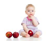 Baby, das gesunde Nahrung isst lizenzfreie stockfotos