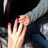 Baby, das Hand eines Fremden nimmt Stockfotos