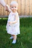 Baby, das Hand ihres Vaters hält Lizenzfreie Stockfotos