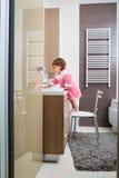 Baby, das ihre Zähne im Badezimmer putzt lizenzfreie stockfotografie