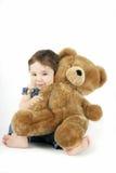 Baby, das ihren Teddybären umarmt Stockfoto