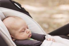 Baby, das im Autositz schläft stockfoto
