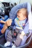 Baby, das im Kinderautositz sitzt Mutter und Kind im Auto Sicherheit, die Konzept f?hrt stockfotografie