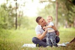 Baby, das im Park mit Vati spielt Stockfotografie