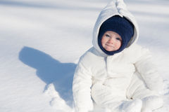 Baby, das im Schnee sitzt Lizenzfreie Stockfotos
