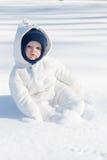 Baby, das im Schnee spielt lizenzfreies stockbild