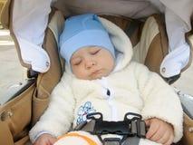 Baby, das im Spaziergänger, kühles Wetter schläft Stockfoto