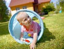 Baby, das innerhalb eines Spielzeugtunnels spielt Stockfoto