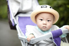 Baby, das Kamera betrachtet Stockbild