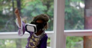 Baby, das Kopfhörer 4k der virtuellen Realität verwendet stock video footage