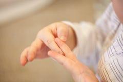 Baby, das lernt, auf den Fingern zu zählen Lizenzfreie Stockfotografie