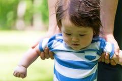 Baby, das lernt, draußen zu gehen Stockfoto