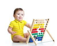 Baby, das mit Abakusspielzeug spielt Stockfotografie