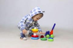 Baby, das mit Block spielt Stockfotografie
