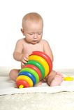 Baby, das mit Block spielt Stockfoto