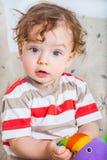 Baby, das mit Block spielt Lizenzfreie Stockbilder