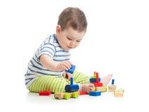 Baby, das mit Blockspielwaren auf Weiß spielt Lizenzfreie Stockfotografie