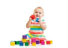 Baby, das mit Blockspielwaren spielt Lizenzfreie Stockfotos