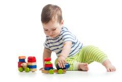 Baby, das mit Blockspielwaren spielt Lizenzfreie Stockfotografie